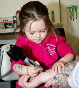 madre tenta di rimuovere tattoo lama di rasoio