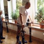 uomo paralizzato torna a camminare