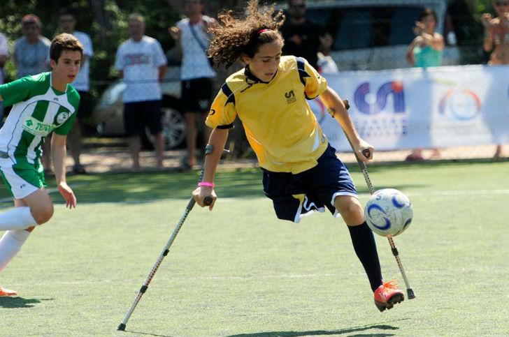 Franecsco Messori ragazza che gioca a calcio senza una gamba