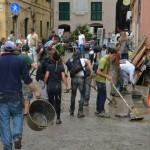 Genova ragazzi che aiutano