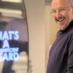 Ikea specchio motivazionale fa i complimenti a chi vi passa davanti