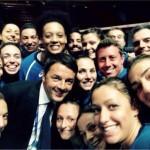 Selfie Matteo renzi e Nazionale pallavolo femminile