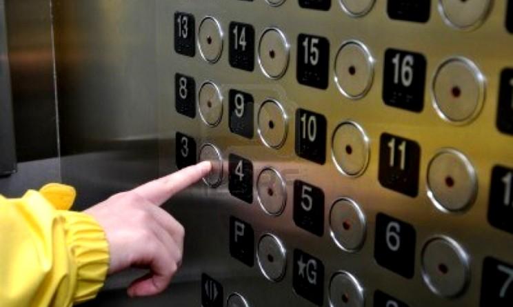 Precipita ascensore dell'ospedale. Sette persone prigioniere vivono incubo di un'ora