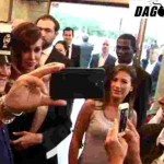 Belen Rodriguez selfie con il poliziotto spopola in rete
