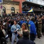 Proteste davanti al Comune a Carrara