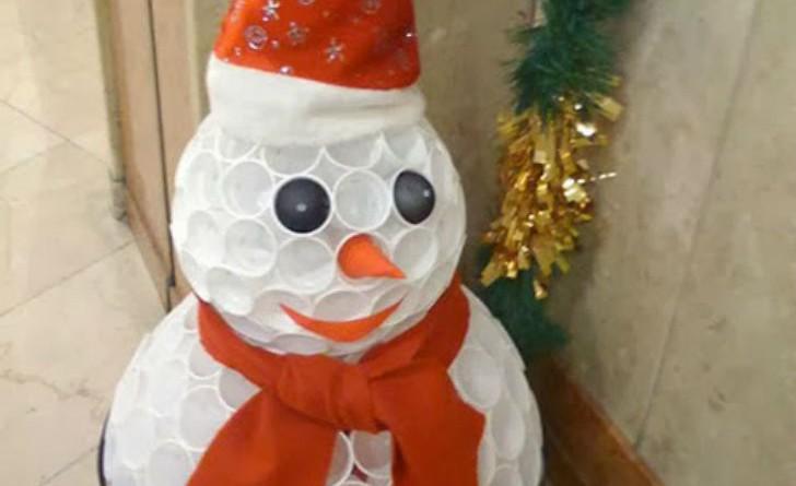 Addobbi natalizi divertenti come creare un pupazzo di for Addobbi natalizi con bicchieri di plastica