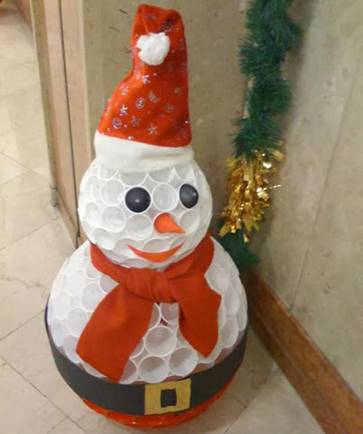 Addobbi natalizi divertenti come creare un pupazzo di for Sfere con bicchieri di plastica