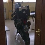 sulmona il preside parcheggia la sua moto in aula tra i banchi