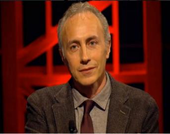"""Le Iene scherzo a Marco Travaglio:""""Il Grande Fratello Vip è una trasmissione di morti di fama"""" (VIDEO)"""
