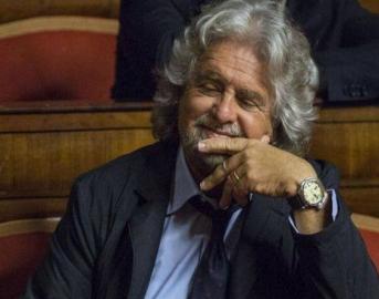 """Beppe Grillo, paragone shock: """"Renzi è come il pilota della Germanwings , porta l'Italia a schiantare"""""""