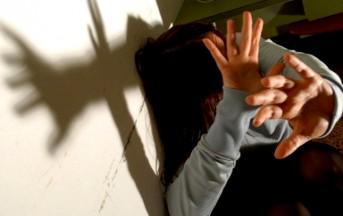 Milano: minorenne picchiata e violentata in treno da due uomini
