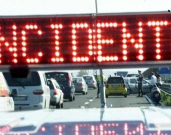 Incidente stradale sulla A4 verso Torino: scontro tra camion e autobus studenti