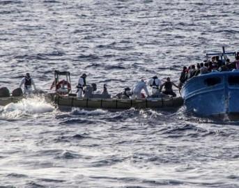 Canale di Sicilia, barcone di migranti si ribalta: 10 morti