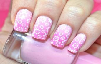 Nail art 2015 primavera, colori neutri e fantasie floreali per unghie alla moda