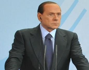 Silvio Berlusconi incidente: malleolo rotto e stampelle