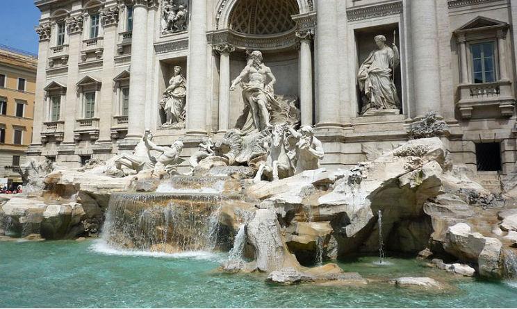 Roma turista si spoglia e fa il bagno nella fontana di trevi multa da 450 euro video urbanpost - Bagno fontana di trevi ...