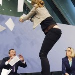 Mario Draghi contestato da attivista