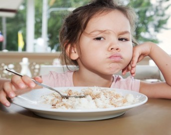 Bambini a tavola: cosa fare quando i figli non mangiano? Ecco alcuni consigli per avere pasti sereni con i più piccoli