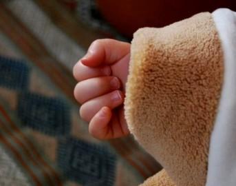 """Neonata morta per emorragia nell'Aquilano, padre ammette: """"Mi è caduta dalle mani"""""""