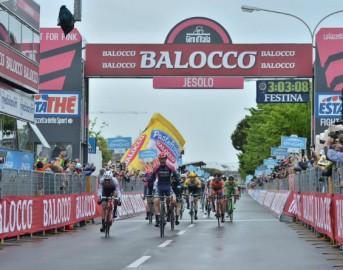 Giro d'Italia 2015 13ª tappa: a Jesolo trionfa Modolo in volata ma Aru è la nuova Maglia Rosa