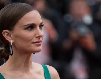 Abiti da cerimonia 2015: accessori perfetti per un outfit basic, ecco il look di Natalie Portman a cui ispirarsi