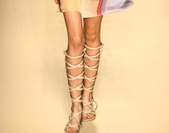 Tendenze moda 2015: i sandali gladiator tra le scarpe più in voga per l'estate 2015, consigli su come indossarli al meglio