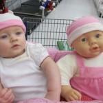 Ecco le foto divertenti dei bambini con i loro pupazzi gemelli