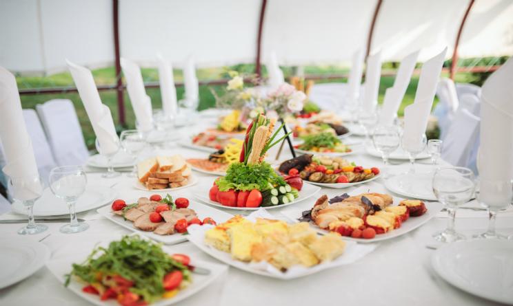 Come apparecchiare la tavola per un elegantissimo buffet urbanpost - Tavola apparecchiata per amici ...