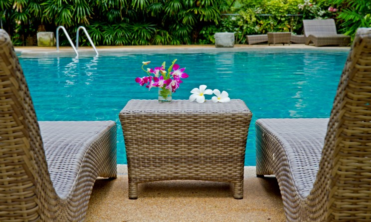 come arredare un giardino con piscina, idee e consigli per ... - Come Arredare Un Giardino Con Piscina