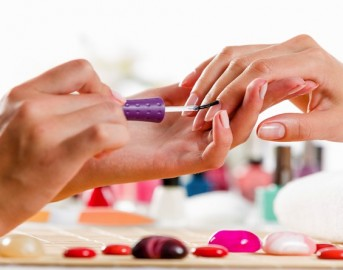 Nail art 2015: unghie effetto acquerello, le decorazioni più in voga del momento