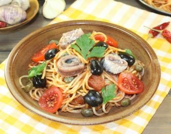 Ricette estive veloci: spaghetti con pomodorini, olive e acciughe