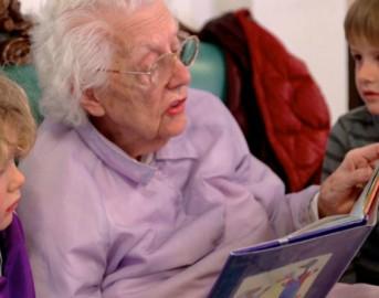 La scuola materna nella casa di riposo per anziani: queste foto vi emozioneranno
