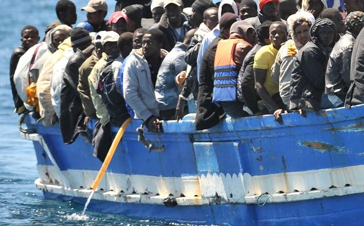 barcone migranti si ribalda al largo della libia