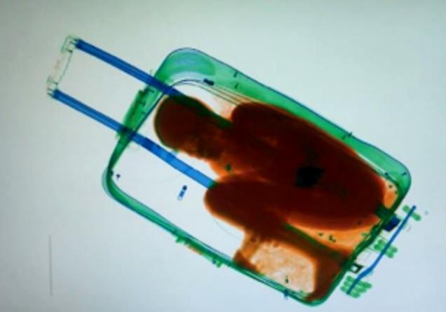 morto soffocato 27enne marocchino nascosto in valigia