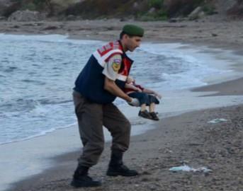 La foto che ha scosso le coscienze del mondo: bambino siriano senza vita sulle spiagge di Bodrum