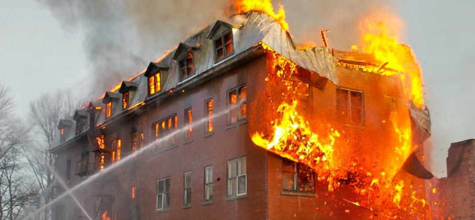 Stanco di pulire casa le d fuoco l 39 incredibile storia di for Case di un ranch di storia
