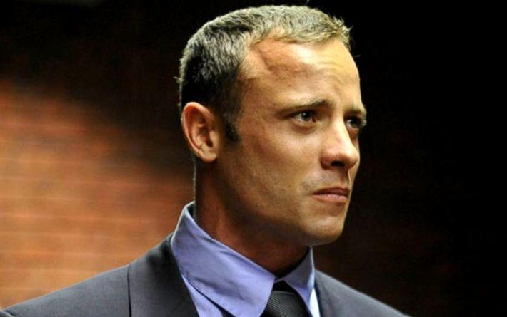 Mossa choc della difesa di Oscar Pistorius: cammina senza protesi in aula