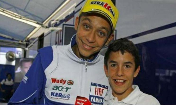 Marquez chiede un autografo a Valentino Rossi