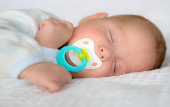 Ciuccio ai neonati, 5 cose che le mamme devono assolutamente sapere