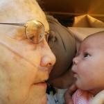 La neonata e la bisnonna di 92 anni, la foto che commuove il mondo