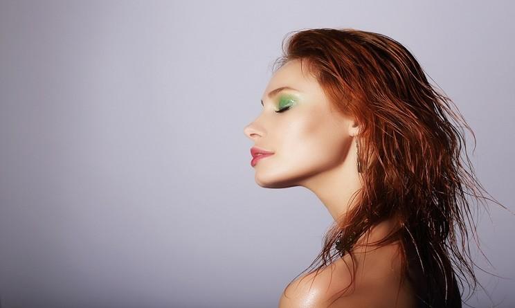 Tendenze moda capelli 2015 come fare un effetto bagnato duraturo e naturale urbanpost - Trucco effetto bagnato ...
