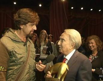 """Striscia la Notizia Tapiro D'Oro a Emilio Fede: """"biografia di poche pagine"""""""