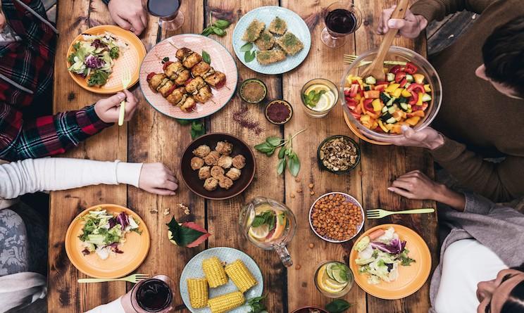 Ospiti a cena come preparare la tavola per artisti genitori amici e colleghi urbanpost - Tavola apparecchiata per amici ...