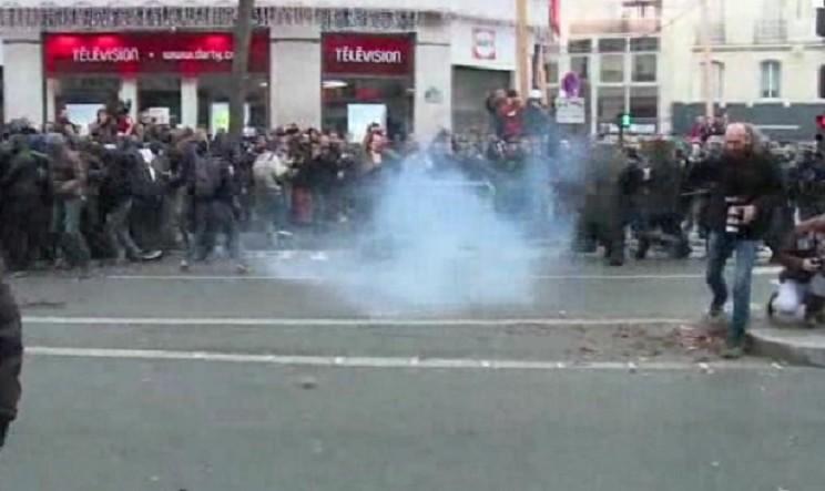 Corteo non autorizzato, lacrimogeni e lanci di oggetti di vetro