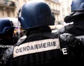 Parigi auto in fiamme sugli Champs-Elysées: tentativo di attacco terroristico (VIDEO)