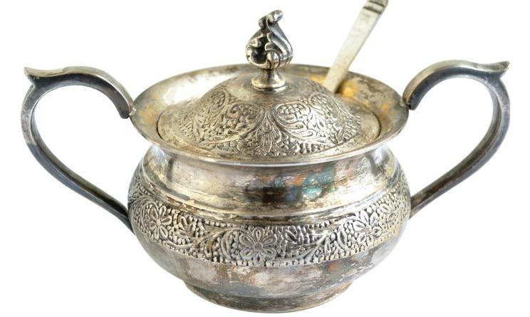 Come pulire l 39 argento ossidato e annerito con il bicarbonato urbanpost - Come pulire argento in casa ...