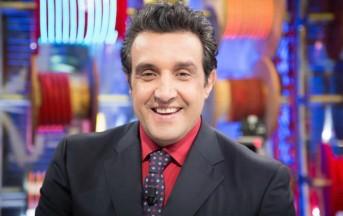 Flavio Insinna gossip news: il conduttore TV paparazzato in vacanza, ecco il nuovo look (FOTO)