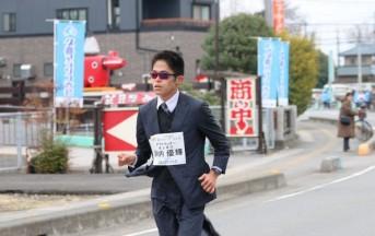 Atletica, record nella maratona in giacca, cravatta e mocassini: andrà a Rio