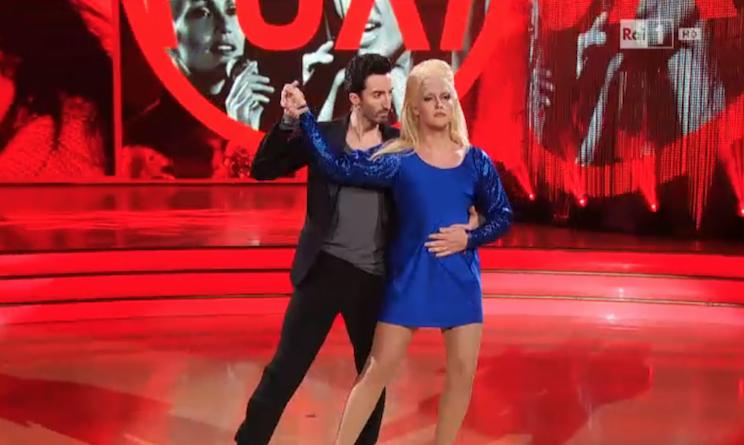 Ballando con le stelle 2016 Valerio Scanu balla vestito da Anna Oxa