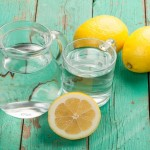 acqua e limone, acqua e limone la mattina, acqua e limone benefici, acqua e limone per dimagrire, acqua e limone la mattina fa bene, acqua e limone la mattina dosi, bere acqua e limone al mattino,